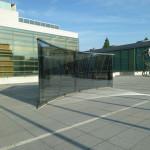 """ダン・グレアム / 有孔スチールとカーブしたハーフミラーの三角形 """"Curved Two-Way Mirror Triangle, One Side Perforated Steel"""""""